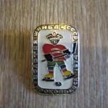 продается значок золотая шайба 1974г СССР, Барнаул